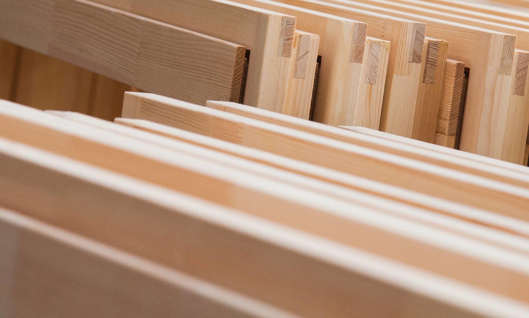 Meerdere houten kozijnen