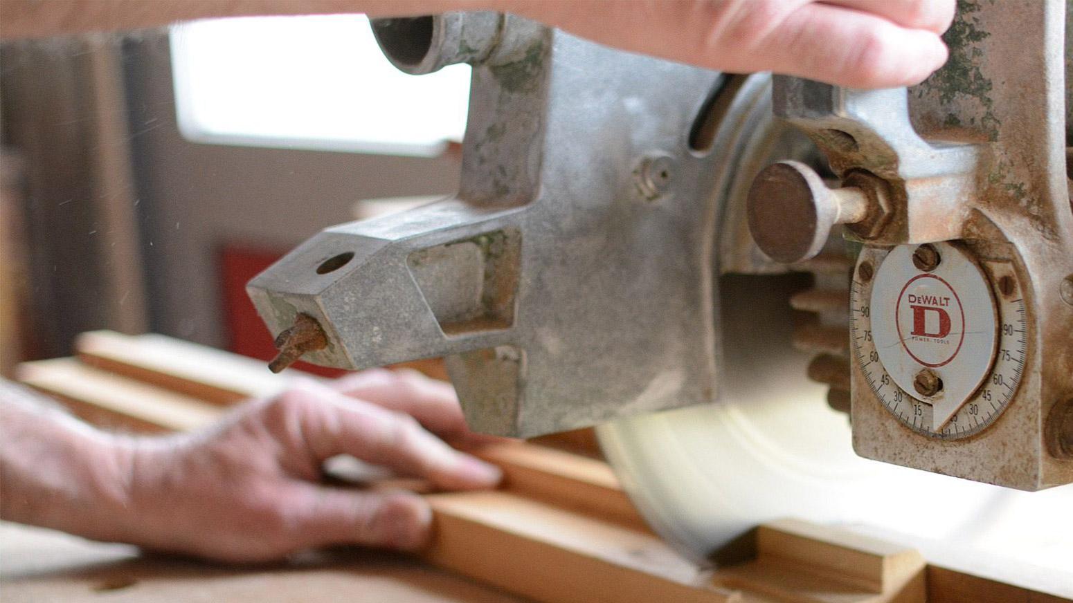 Medewerker die hout bewerkt Timmerbedrijf Blankers BV Nieuwkuijk