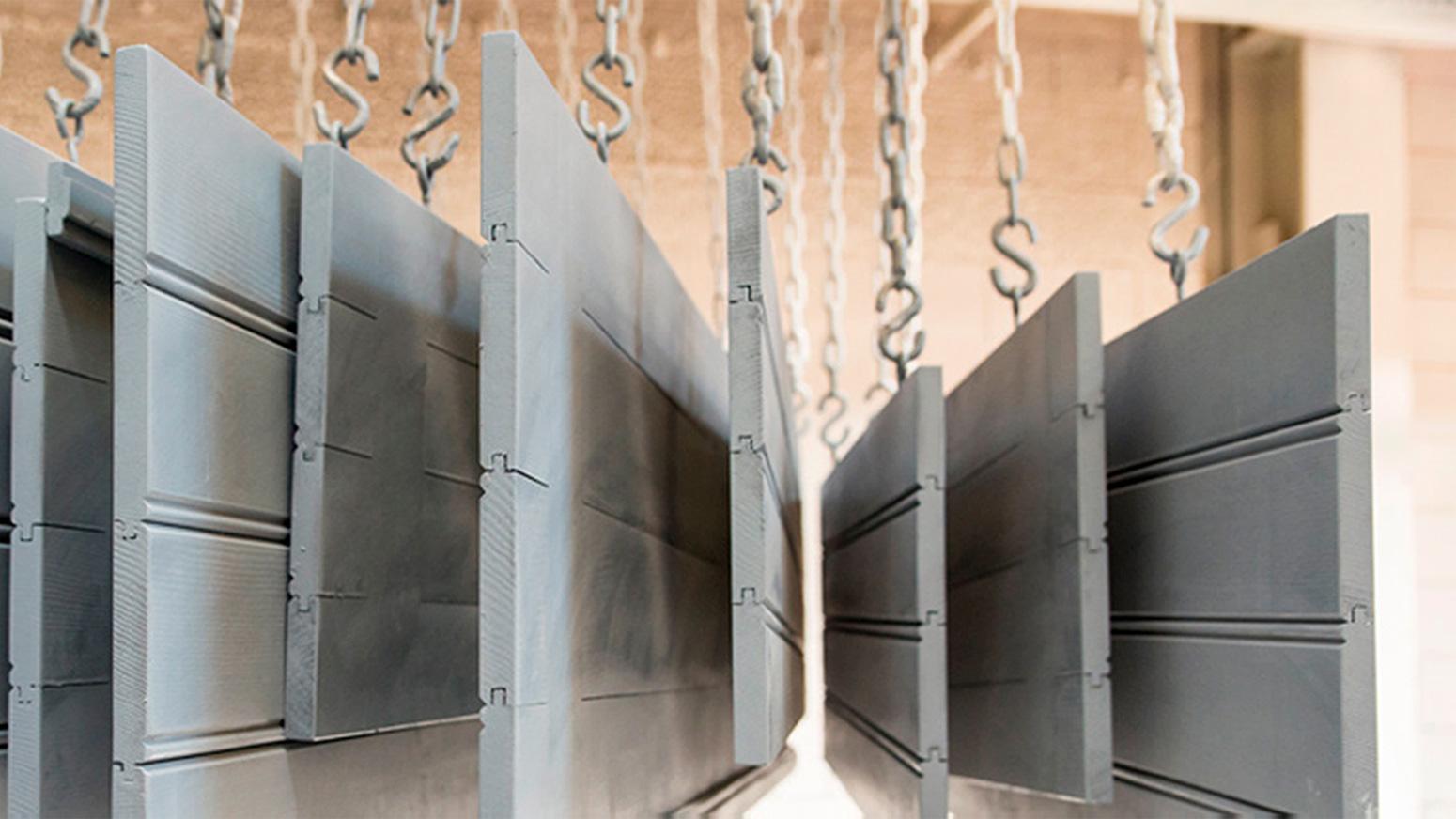 Hangende houten elementen bij Timmerfabriek De Broekermolen B.V. in Putten