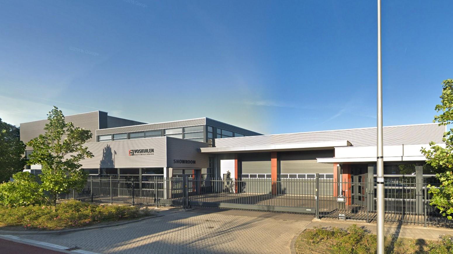 Vooraanzicht van het bedrijfspand van Voskuilen Houttechniek in Waddinxveen