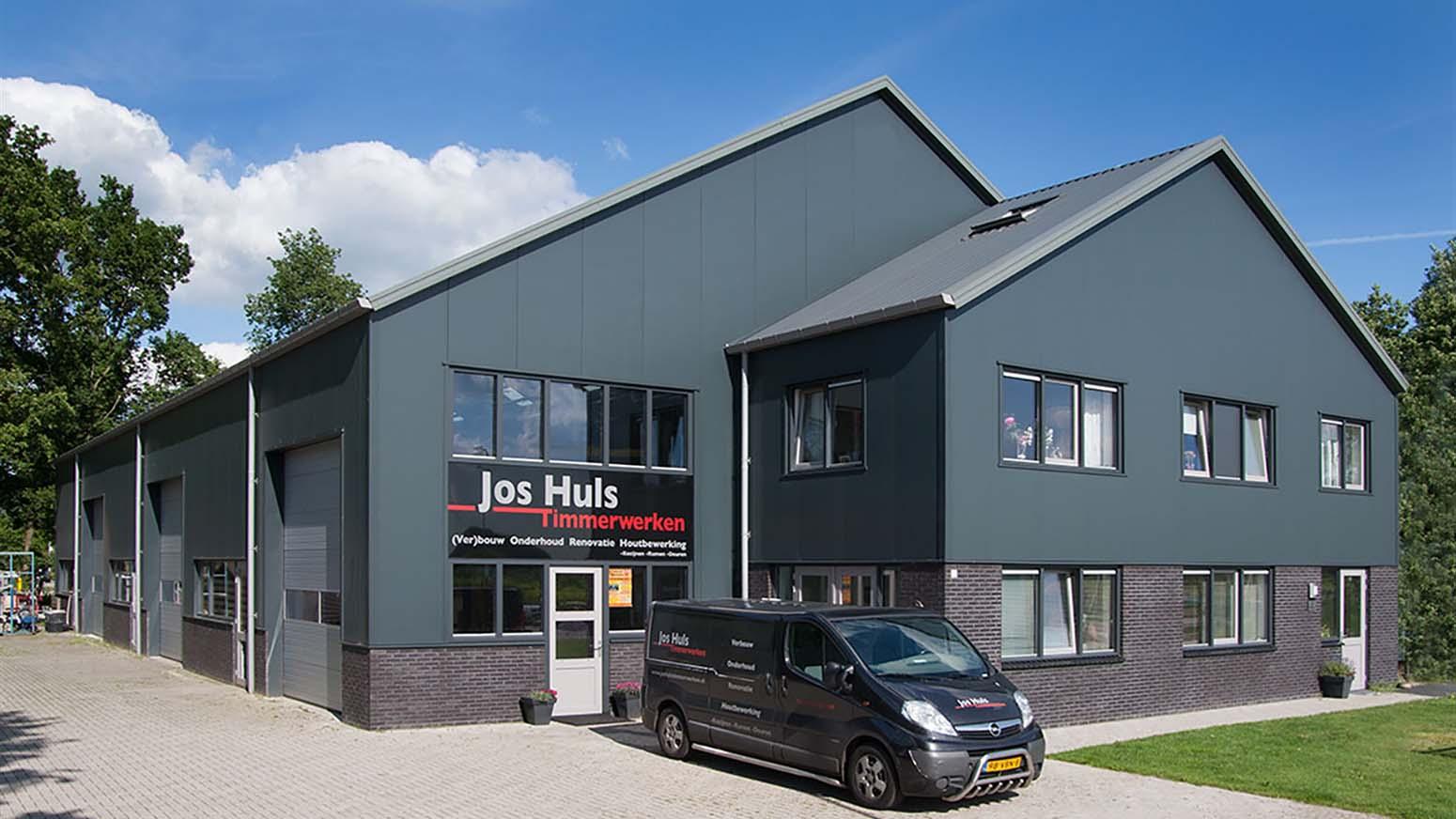 Voorzijde bedrijfspand en busje van Jos Huls Timmerwerken B.V. in Nijeveen