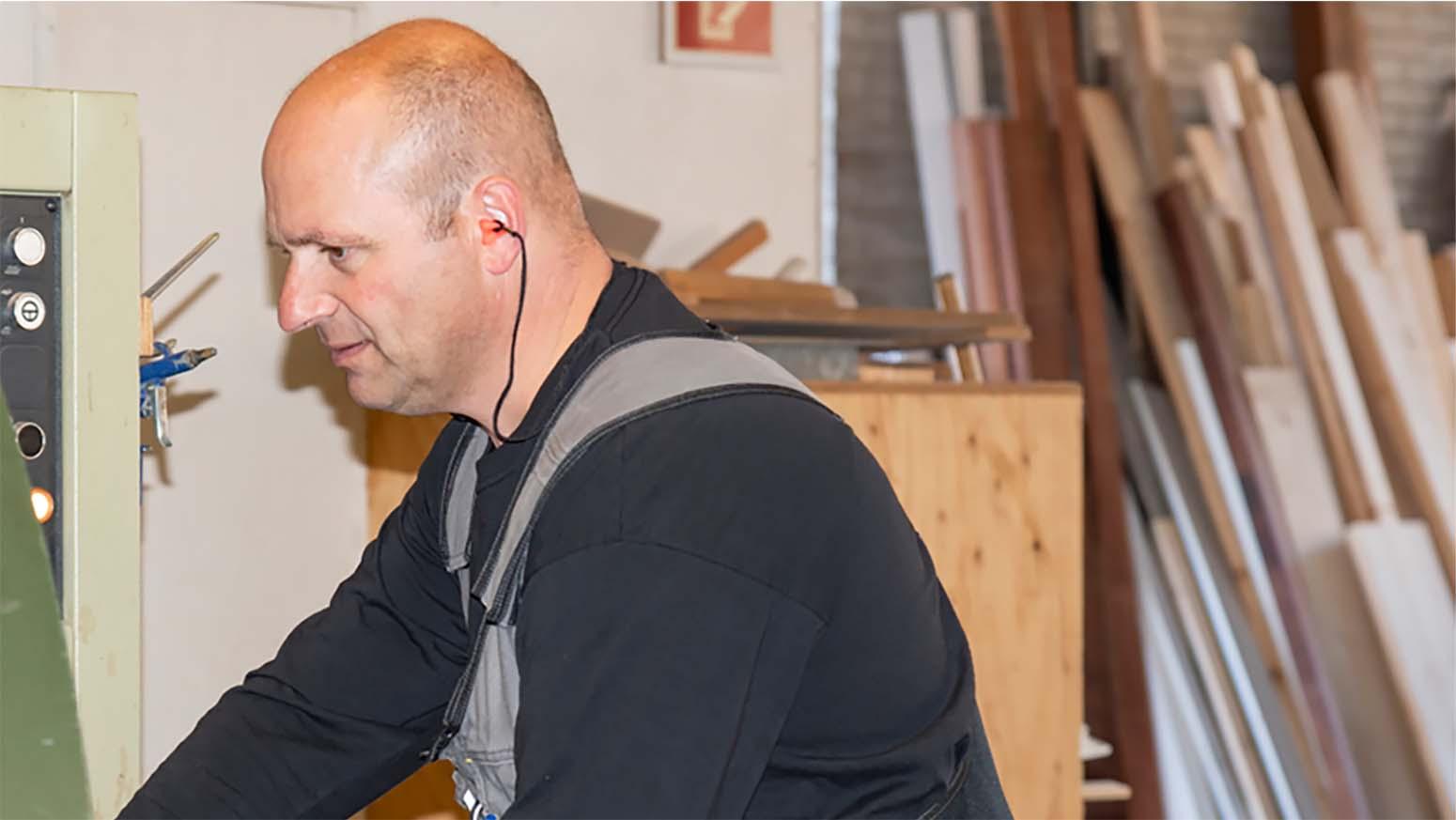 Werknemer Van Moeskops Bouwbedrijf In Bergeijk Die In De Werkplaats Hout Bewerkt