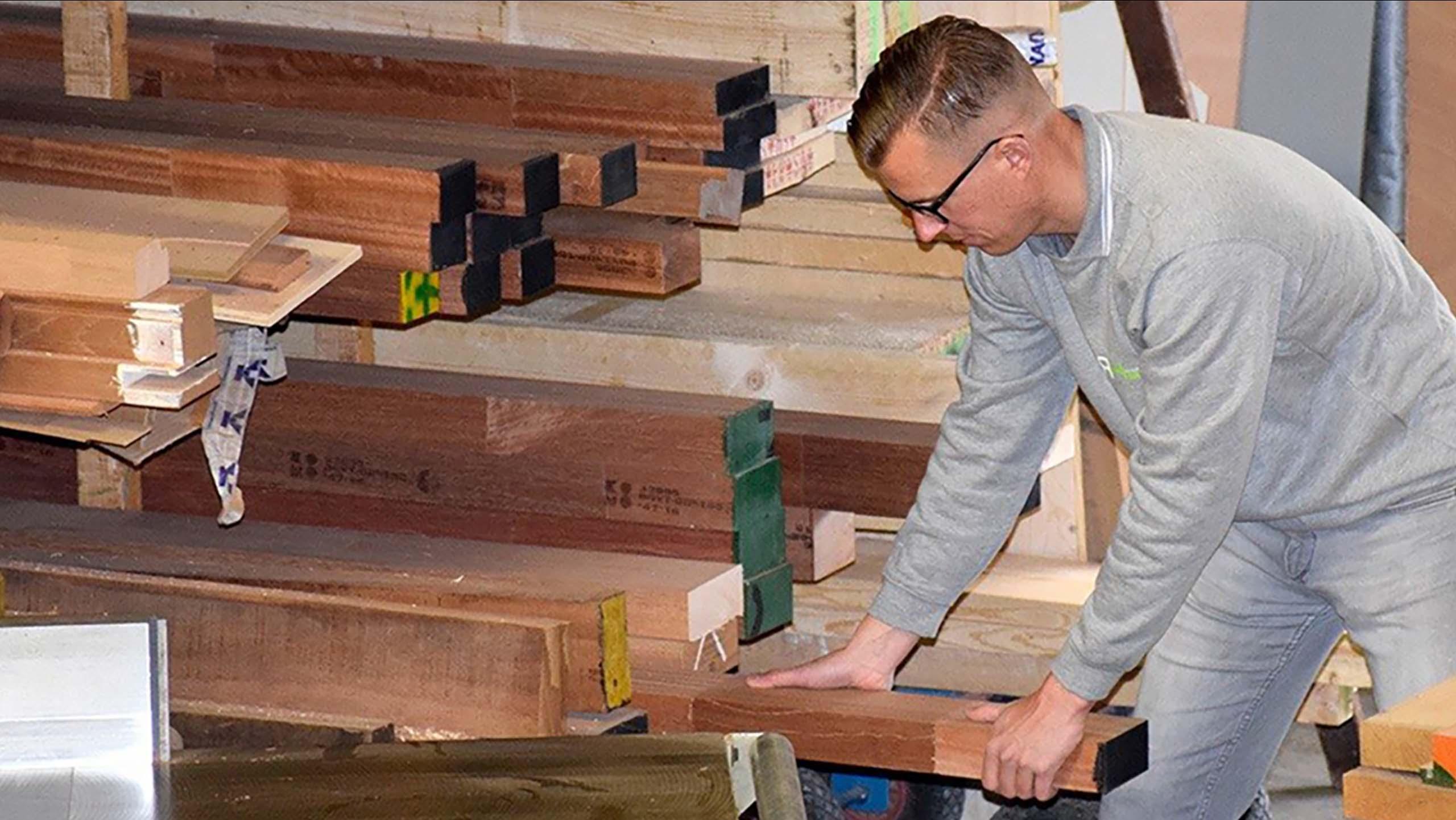 Medewerker Van Timmerfabriek Harmsen In Loosdracht Die Hout Aan Het Bewerken Is